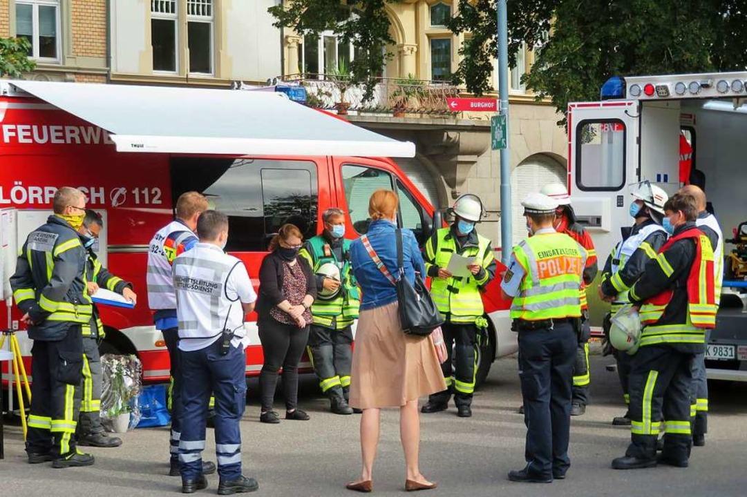 Lagebesprechung am Busbahnhof mit Bürgermeisterin Monika Neuhöfer-Avdic (Mitte).  | Foto: Peter Gerigk