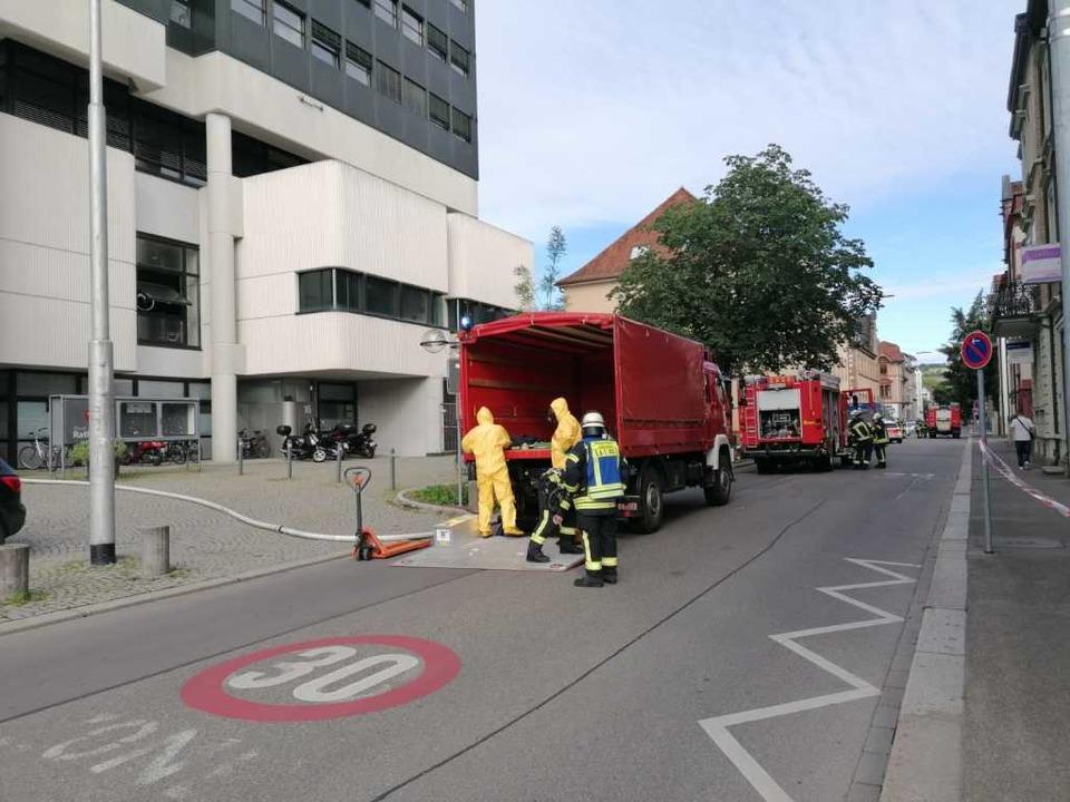 Feuerwehrleute bereiten sich auf den Einsatz vor.  | Foto: Kathrin Ganter