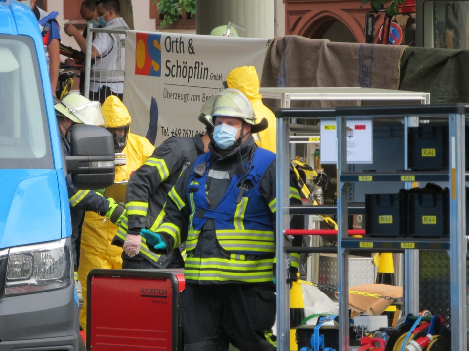 Der Dekontaminationseinheit der Feuerw...toff auf dem gesperrten Rasthausplatz.  | Foto: Peter Gerigk