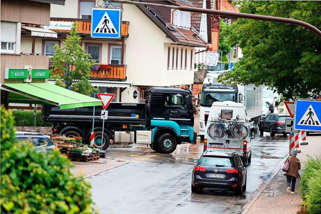 An der Kreuzung in St. Märgens Ortsmitte geht es eng zu.  | Foto: Erich Krieger