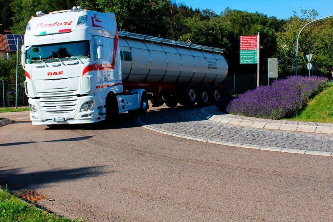 Große Lastwagen haben in Stegen Probleme mit dem Kreisverkehr.  | Foto: Erich Krieger
