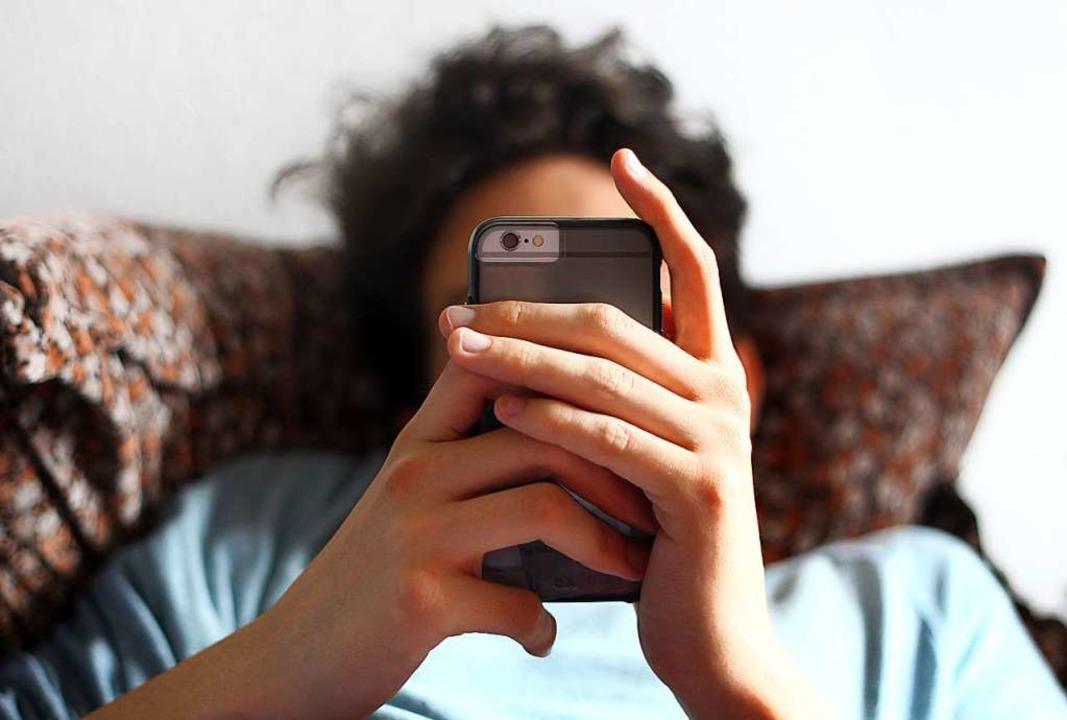 Viele Jugendliche, aber auch viele Erw...nen können gar nicht mehr ohne Handy.   | Foto: Karl-Josef Hildenbrand
