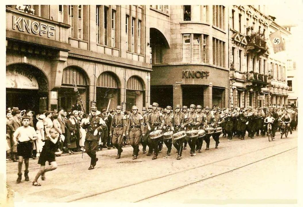 Das Warenhaus Knopf und die Nachbarhäu...ufhaus 1937 weit unter Wert verkaufen.  | Foto: Archiv Manfred Gallo