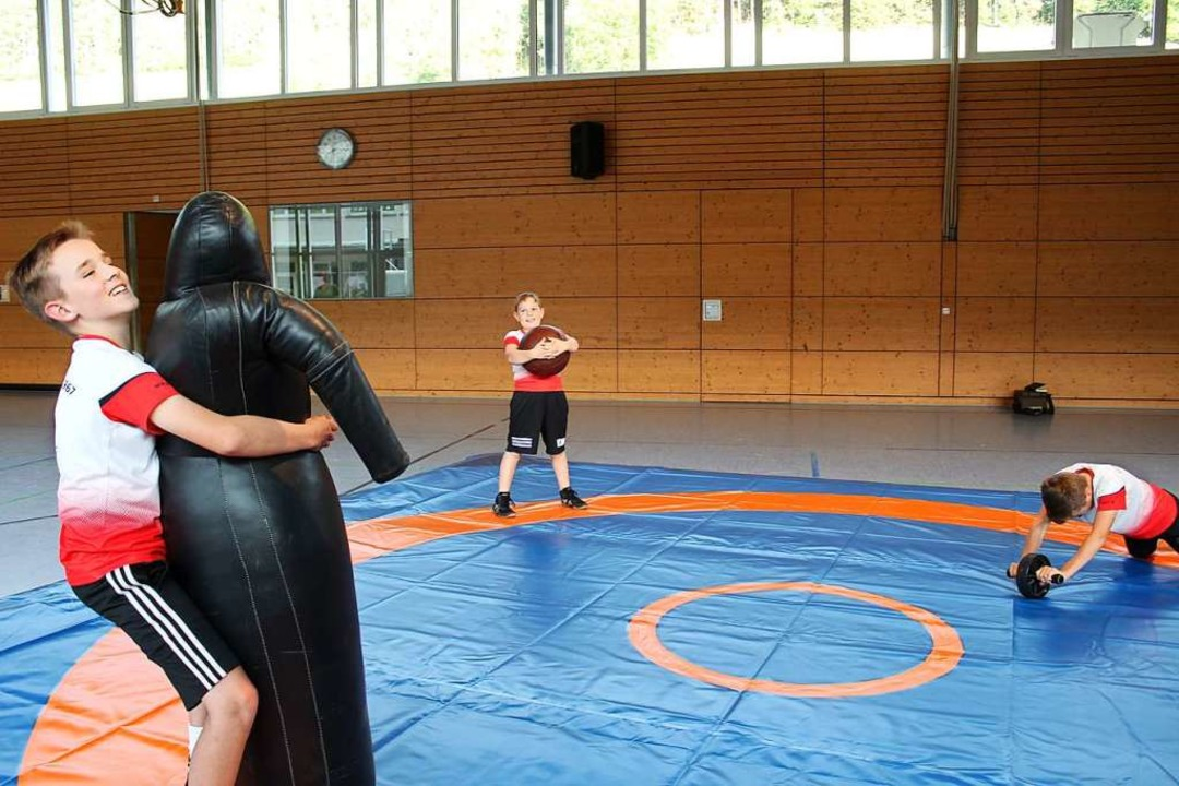 Eschbacher Nachwuchsringer beim Zirkel-Training auf der neuen Matte    Foto: Erich Krieger