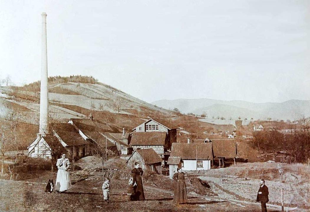 Der Kamin des Bergwerks Berghaupten (undatiertes Foto) steht bis heute.  | Foto: Privat
