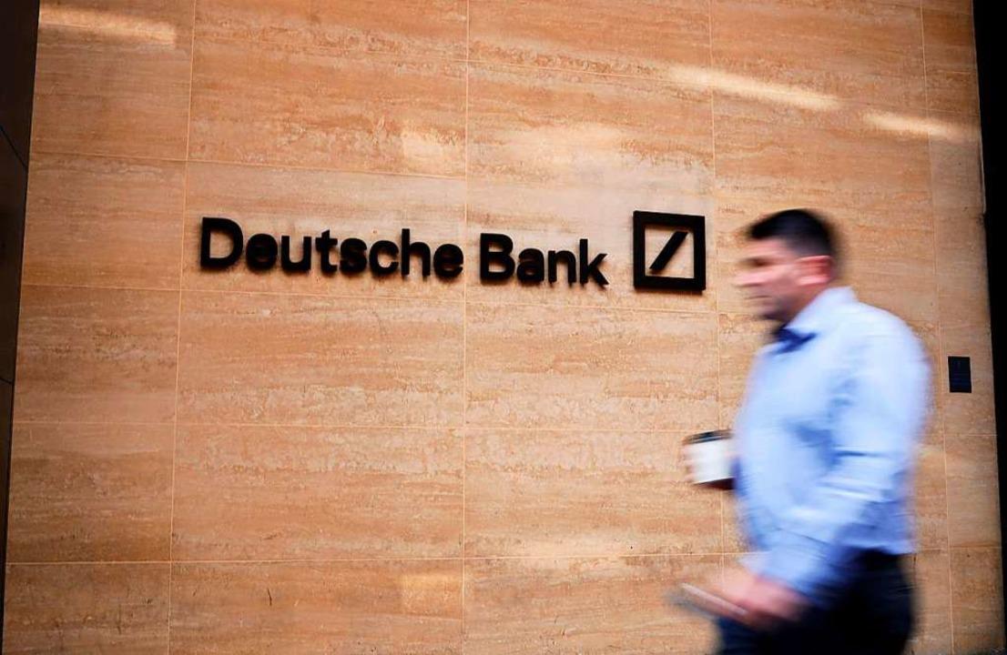 Die Deutsche Bank hat für ein Basiskon...Euro für einzelne Services aufgerufen.  | Foto: TOLGA AKMEN