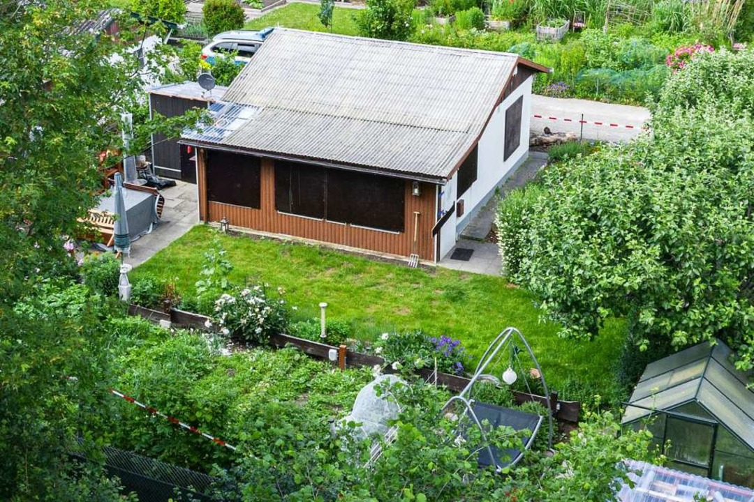Absperrband umgibt das Grundstück in e...and von Münster mit einer Gartenlaube.  | Foto: Marcel Kusch (dpa)