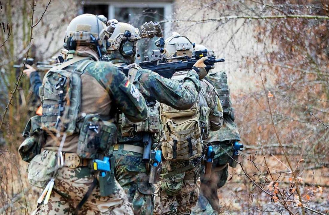 Bundeswehrsoldaten der Eliteeinheit Kommando Spezialkräfte  | Foto: Kay Nietfeld (dpa)