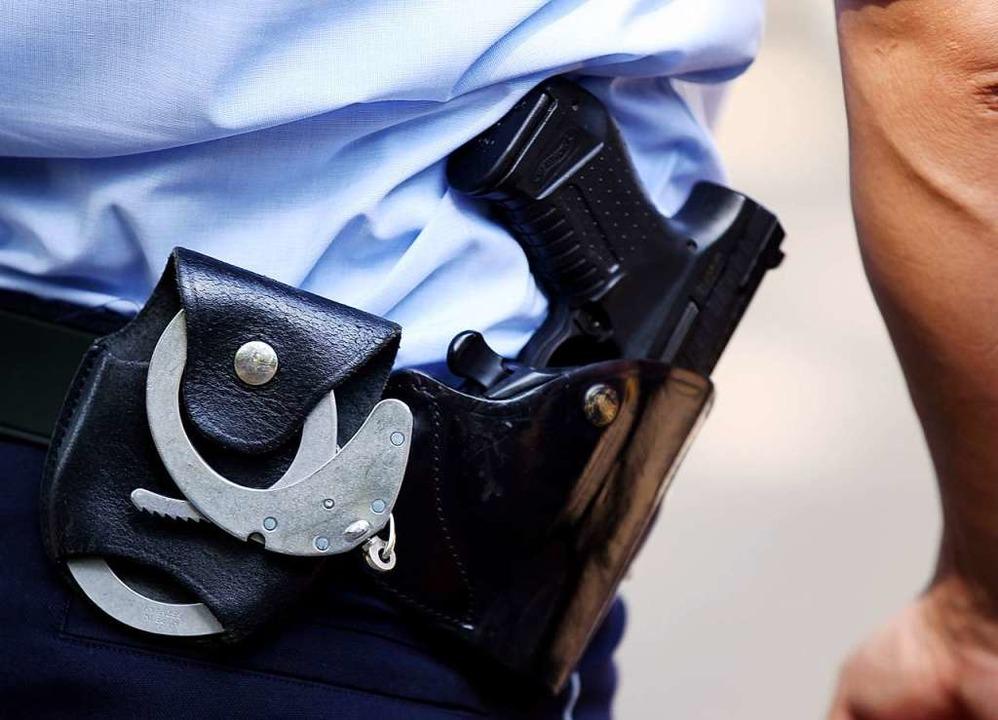 Polizeibeamte führten den Verdächtigen... Wohnung ab. (Symbolbild: Oliver Berg)  | Foto: Oliver Berg
