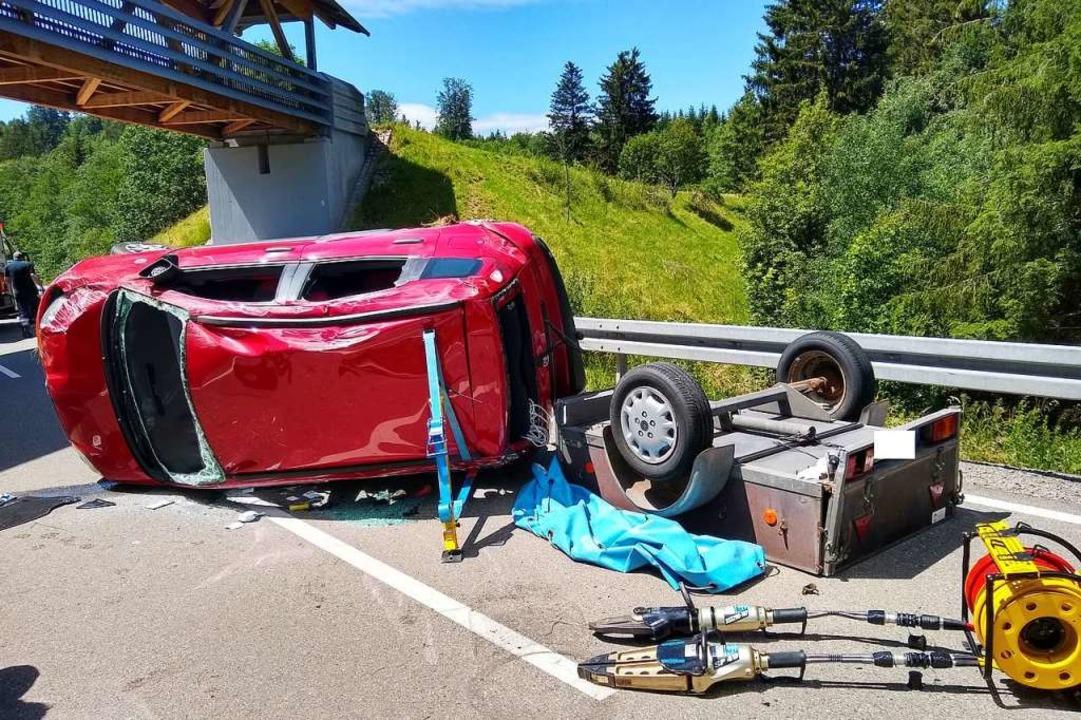 Ein Pkw mit Anhänger hat sich auf der ...sste von der Feuerwehr befreit werden.  | Foto: Olaf Thor