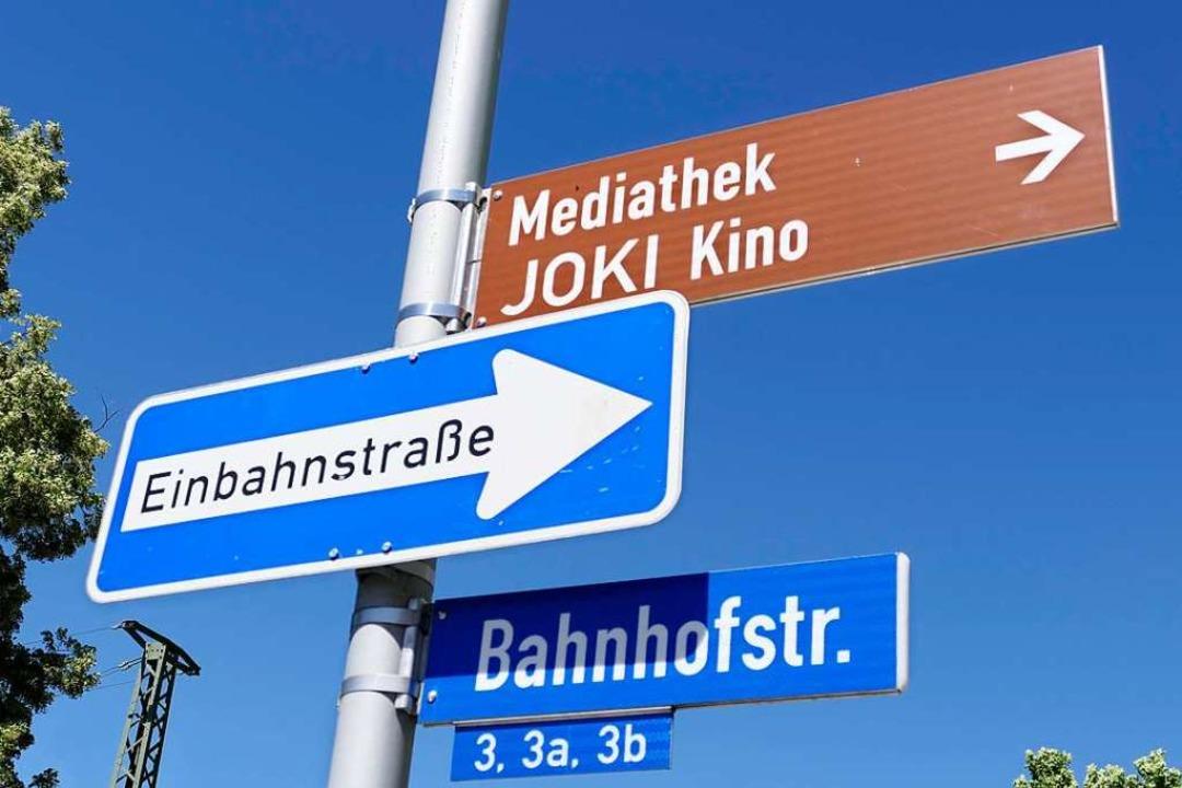 Neue Schilder braucht das Land: In Bad...em  die aktuelle Vielfalt zu bändigen.  | Foto: Hans-Peter Müller