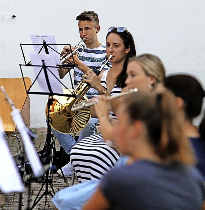 Musiker bei der Probe im Rathaushof  | Foto: Daniel Hengst