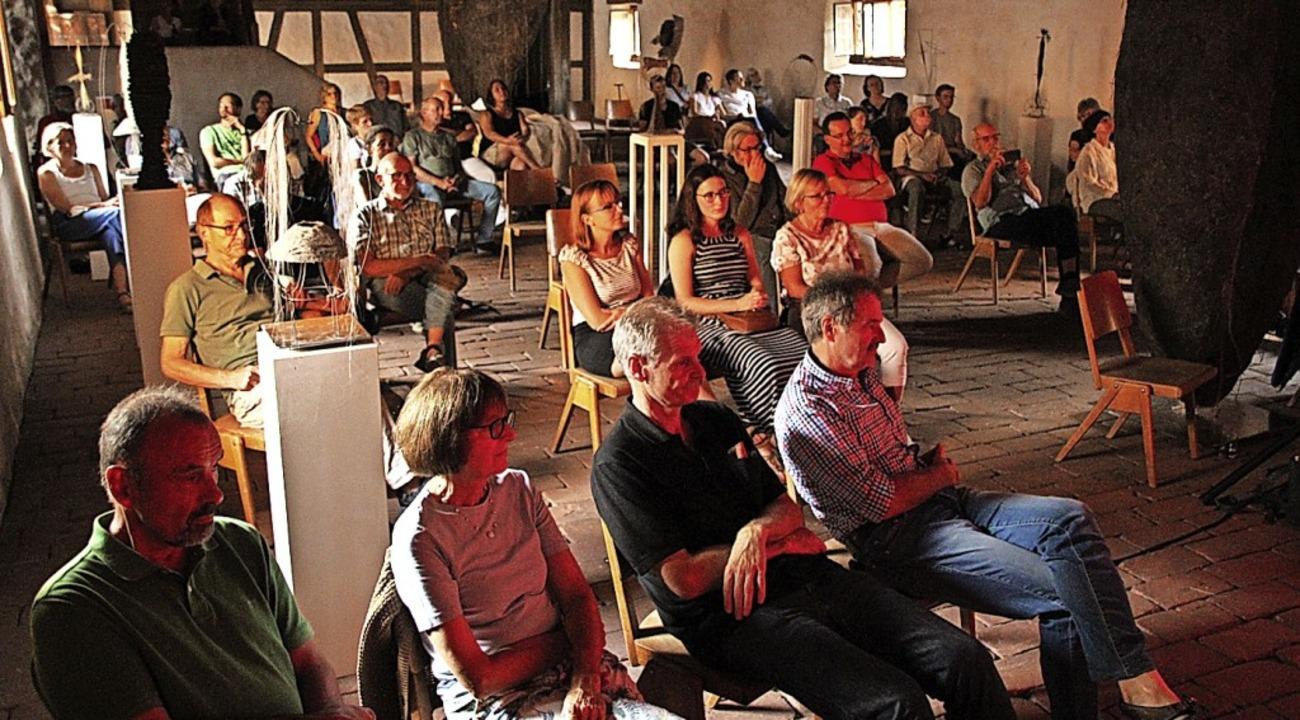 Nur wer zusammengehörte, durfte im Saal zusammen sitzen.  | Foto: Mario Schöneberg