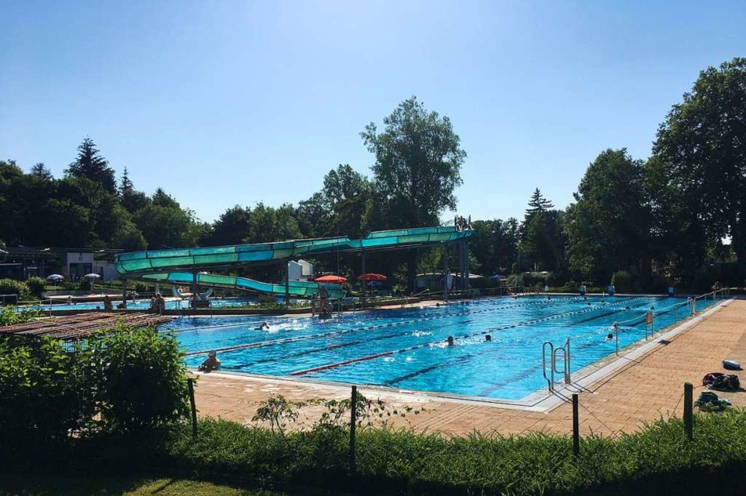 Im Schwimmerbecken gibt es drei Bahnen...denen je 20 Personen schwimmen dürfen.    Foto: Ralf Strittmatter