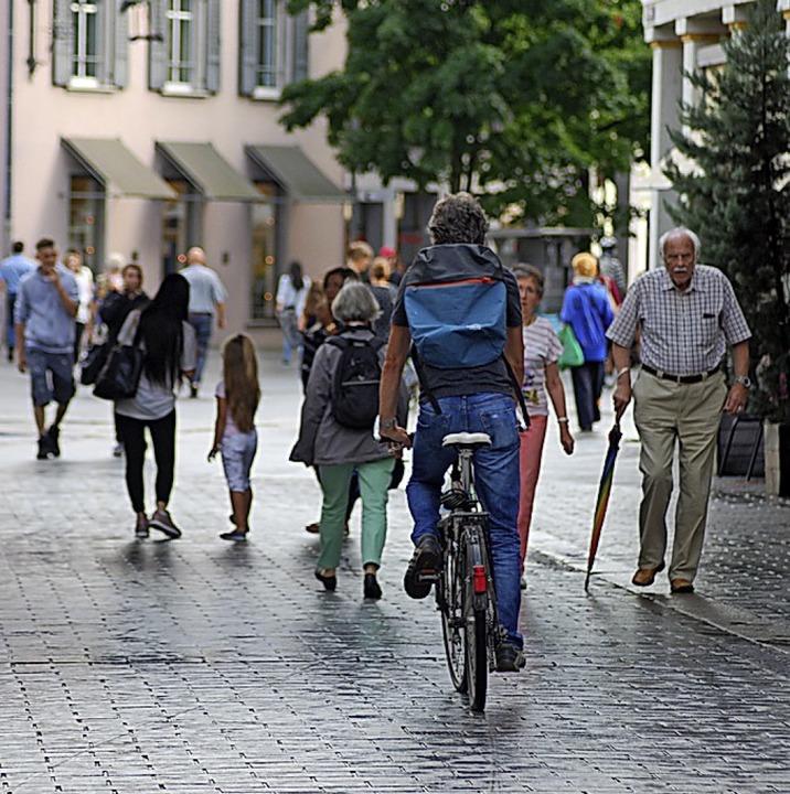 Radfahren in der Fußgängerzone erfordert Rücksicht.     Foto: Thomas Loisl Mink