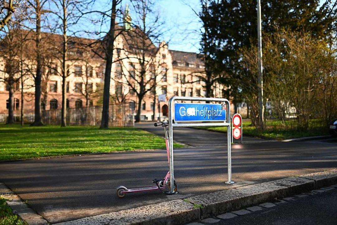 Im Hintergrund steht das Schulgebäude, das der Junge besuchte.  | Foto: Jonas Hirt