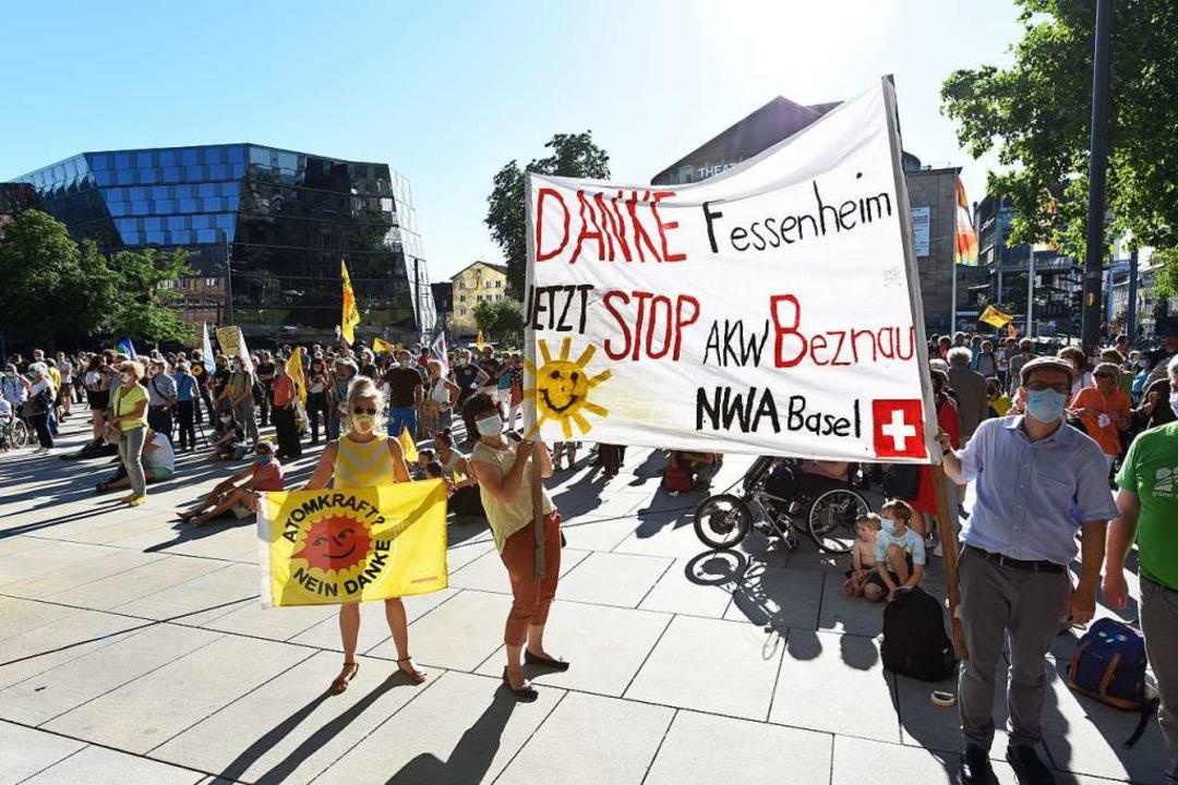 Mit einer Kundgebung auf dem Platz der...Stilllegung des Meilers in Fessenheim.  | Foto: Rita Eggstein