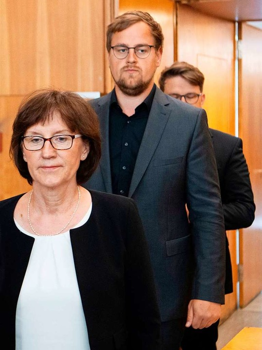 Die Witwe und die beiden Söhne im Gerichtssaal  | Foto: BORIS ROESSLER (AFP)