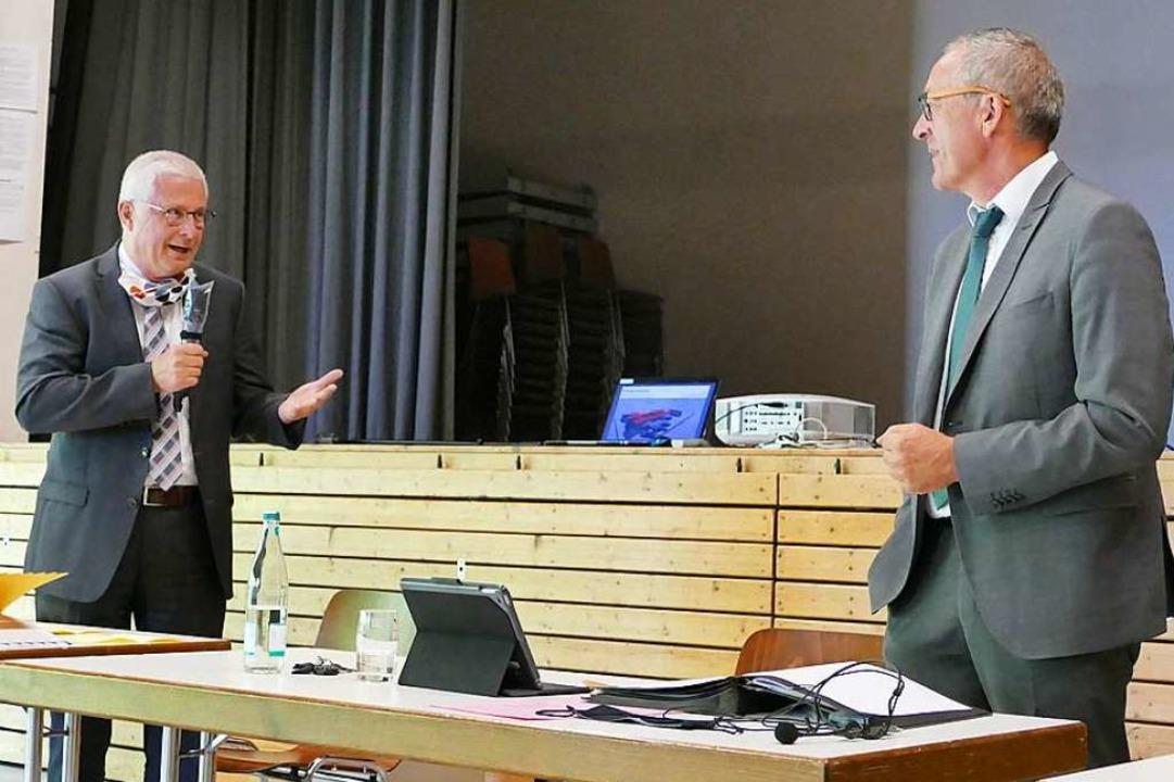 Es geht auch ohne Handschlag:  OB Diet...en Bürgermeister  nach der Wiederwahl.    Foto: Ulrich Senf