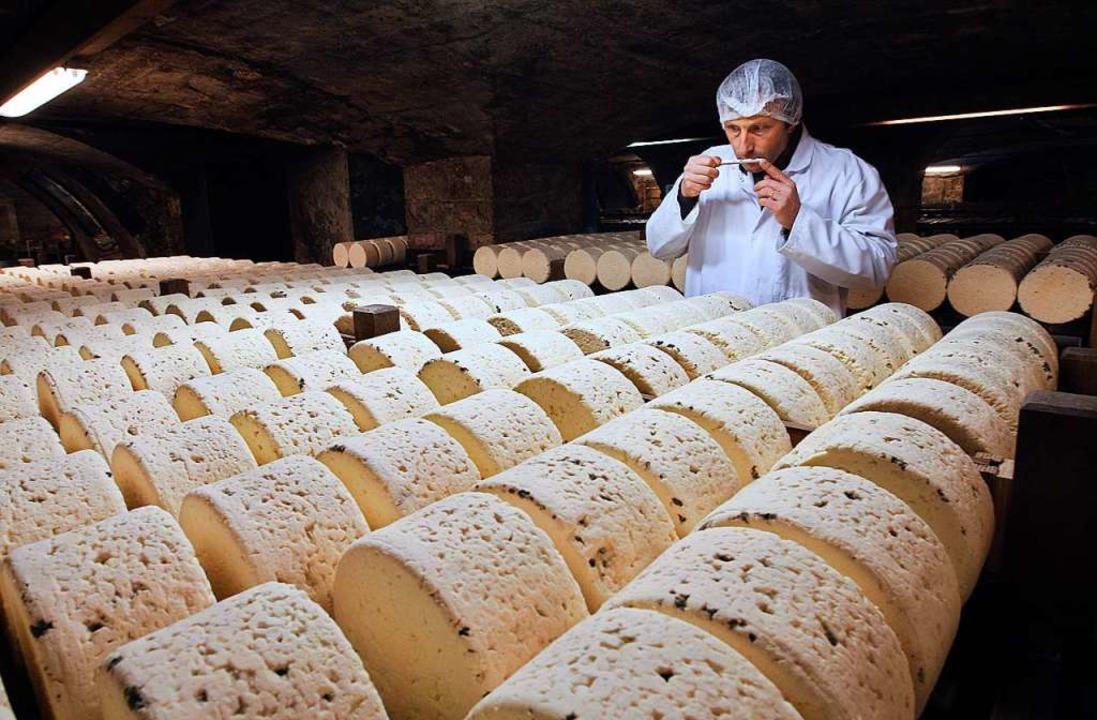 Die Lager vieler Käsereien in Frankreich sind voll – zu voll.  | Foto: Bob Edme (dpa)
