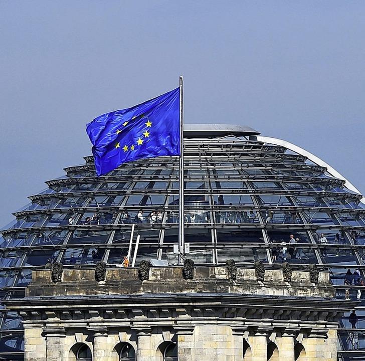 Europafahne vor der Reichstagskuppel: ...eutschland die EU-Ratspräsidentschaft.  | Foto: Jens Kalaene (dpa)