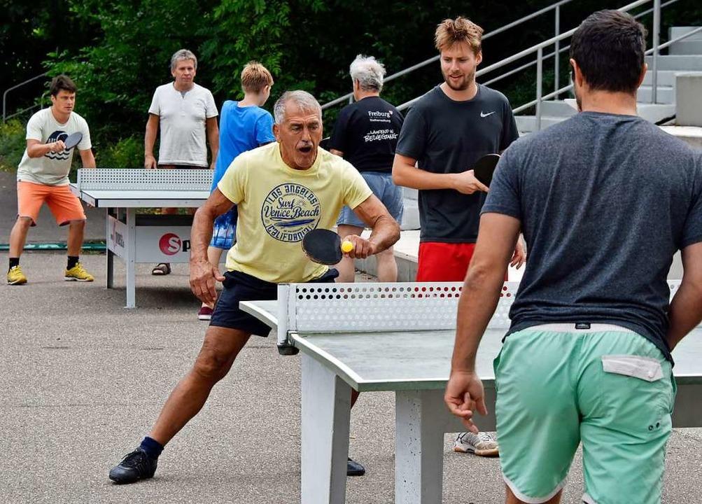 So kennt man ihn und das Strandbad: Ri... Adolf Seger an der Tischtennisplatte.  | Foto: Michael Bamberger