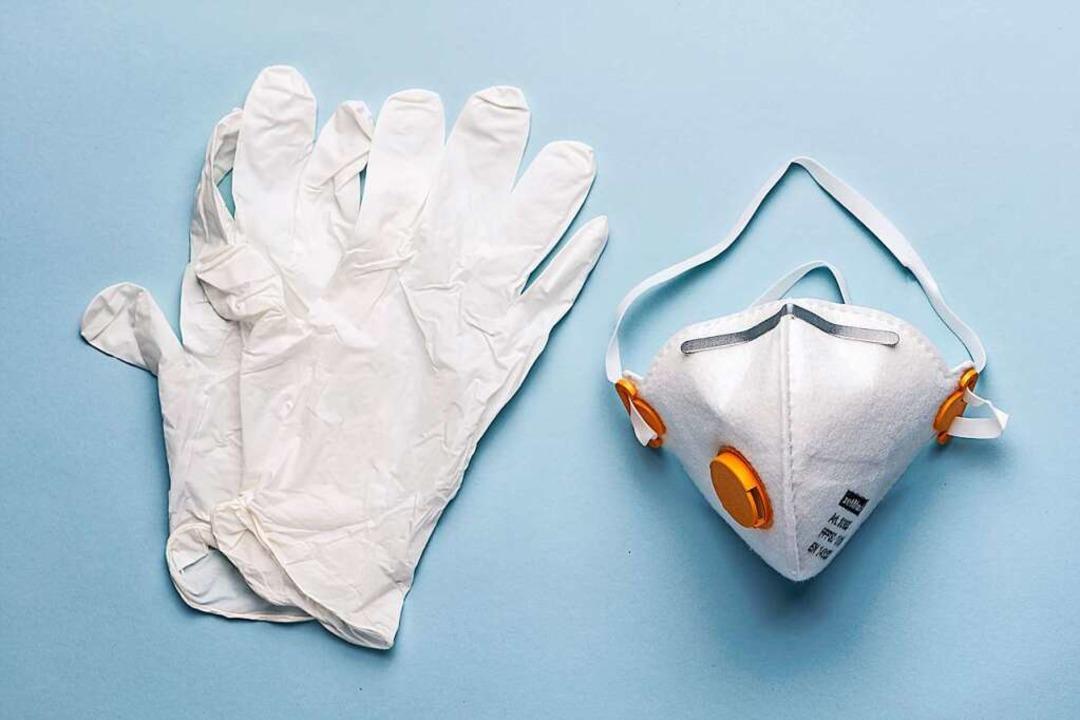 Einweghandschuhe und Maske schützen (Symbolbild)    Foto: Christian Beutler (dpa)