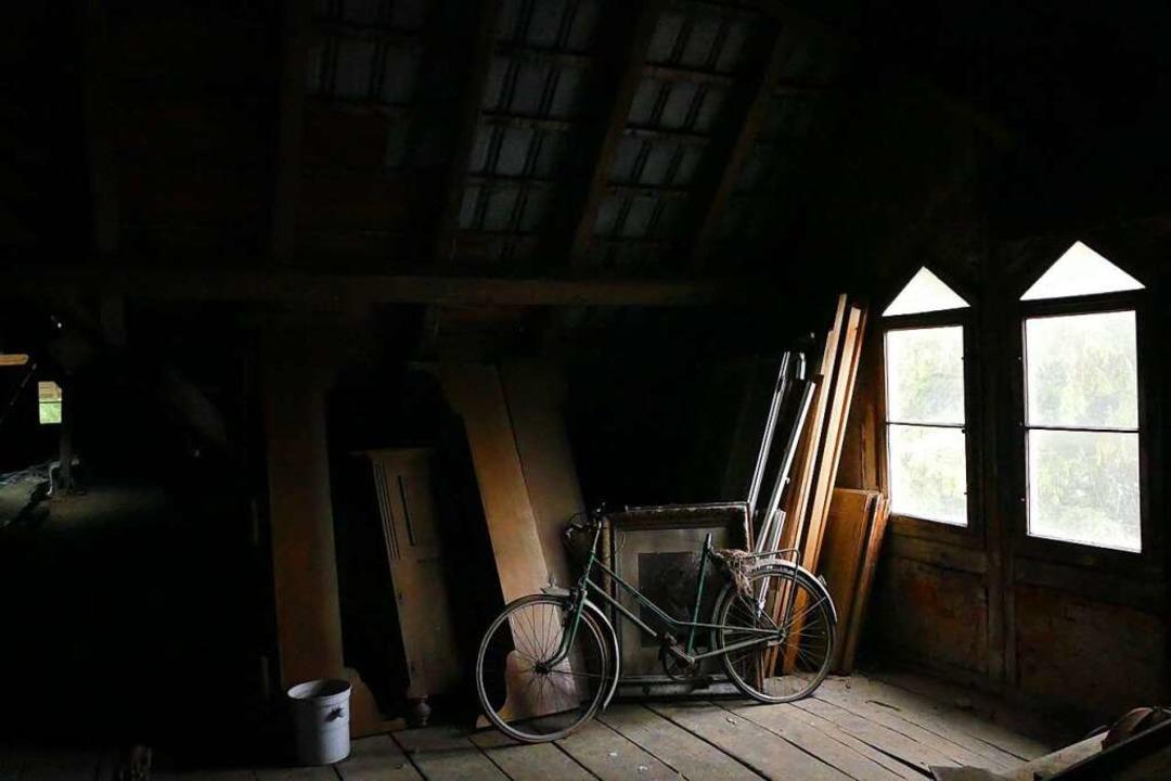 Dachbodenfund im Lost Place mit Schwarzwaldblick  | Foto: Uwe Baumann