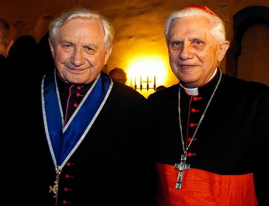 Archivbild aus dem Jahr 2004:  Der frü...nger, dem späteren Papst Benedikt XVI.    Foto: Armin Weigel (dpa)