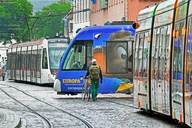 Mann schlägt Frau in Straßenbahn in Freiburg unvermittelt ins Gesicht