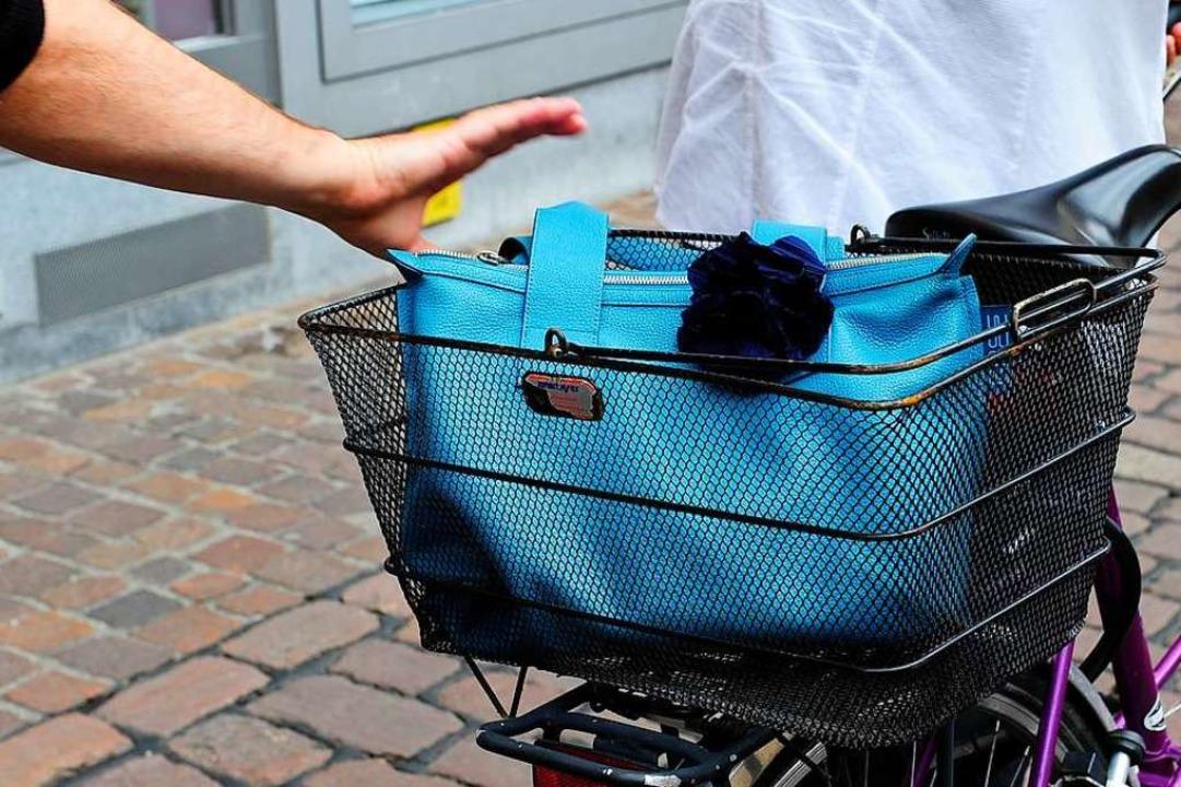 Die Polizei meldet, dass der Handtasch...oßen und beraubt hat, ermittelt wurde.  | Foto: Ingo Schneider