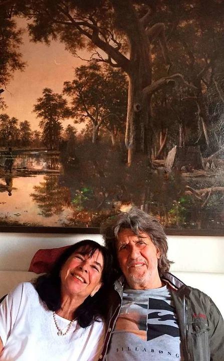 Knut und Astrid Boch vor dem Gemälde, als es noch in ihrem Wohnzimmer hing.    Foto: privat