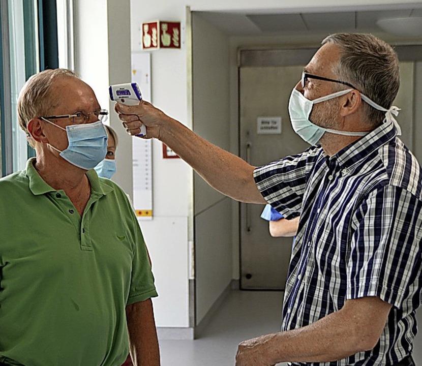 Friedrich Hauß demonstriert die Funkti...n Fieberthermometers an Ludwig Fritze.    Foto: Horatio Gollin