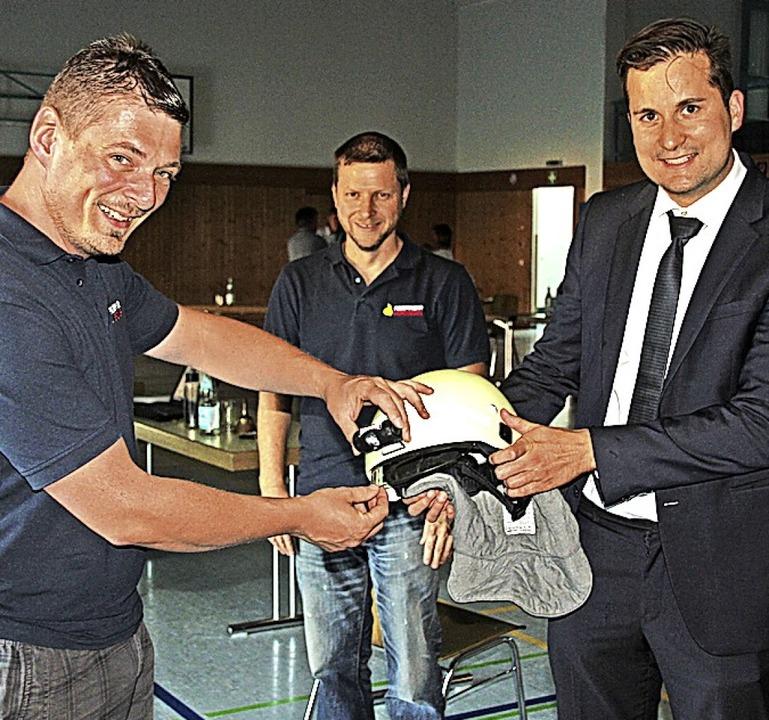Kommandant Sascha Disch und sein Stell...von links) ein Muster des neuen Helms.    Foto: Mario Schöneberg