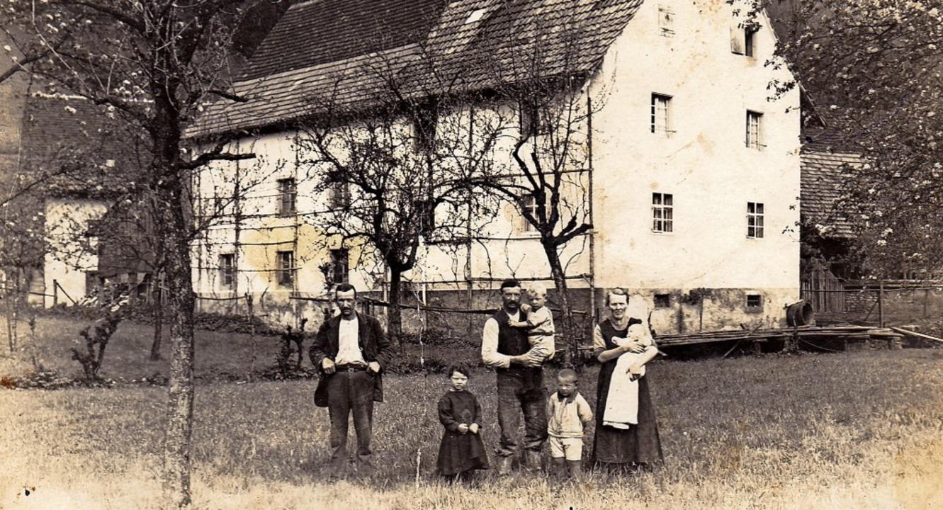 Die Familie vor dem Haus in Niederdoss...leine Josef steht zwischen den Eltern.  | Foto: Badischer Landwirtschafts-Verlag