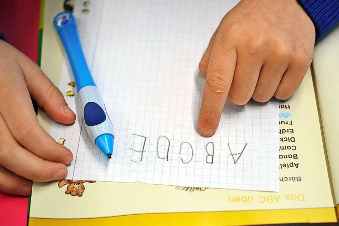 Schulbegleiter helfen Kindern und Juge...uktur in ihren Schulalltag zu bringen.  | Foto: Frank May