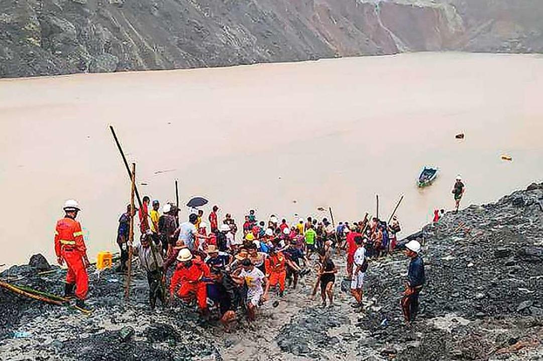 Rettungskräfte sind nach einem Erdrutsch in einem Jade-Bergwerk im Einsatz.    Foto:  (dpa)