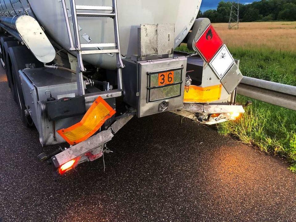 Ein Auto war auf der Autobahn auf einen Tanklaster aufgefahren.    Foto: Feuerwehr
