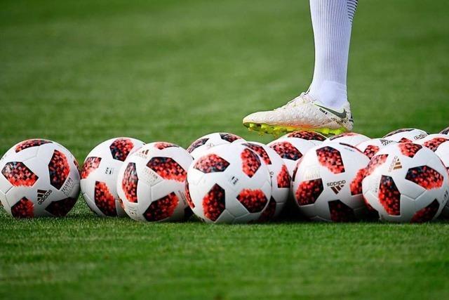 Fußballclubs starten - mit regulärem Training, Testspielen und Zuschauern