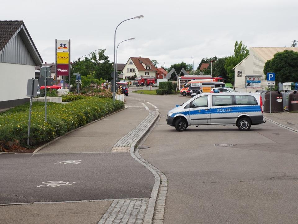 Die Polizei sperrte die Straßen ab.  | Foto: Herbert Frey