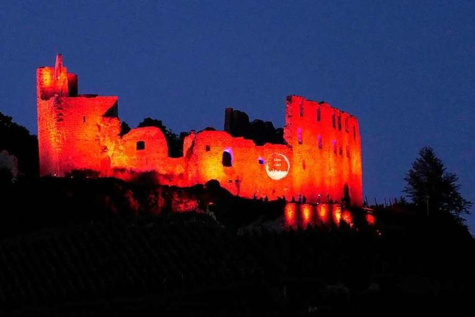 Dieser Tage rot angestrahlt bei der Aktion der Veranstaltungsindustrie zu den Corona-Folgen: Staufener Burg (Foto: Hans-Peter Müller)