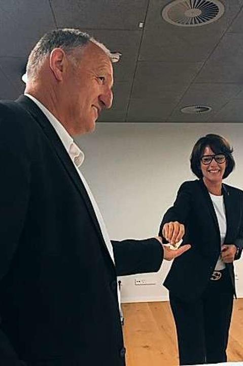 Claudia Menzer reichte – ausreic...äsidentennadel an Gerhard Laux weiter.  | Foto: Lions Club Weil am Rhein