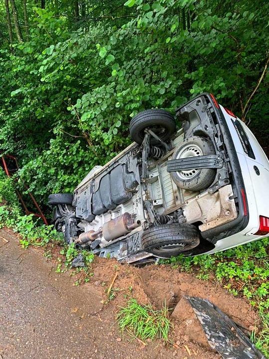 Das Unfallfahrzeug landete fast kopfüber im Talbach.    Foto: Feuerwehr Waldkirch