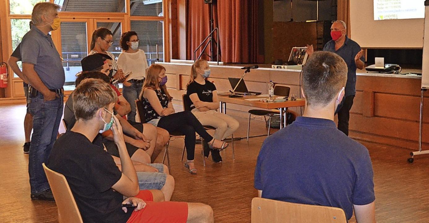 Gemeinsam mit Stefan Maßmann (rechts s...hen die Jugendlichen  aktuelle Themen.  | Foto: Christiane Sahli