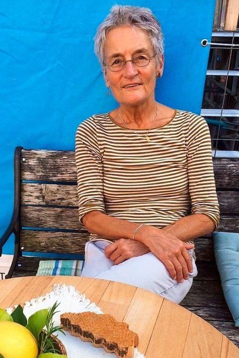 Besitzerin Barbara Adler sitzt vor ihrem Haus auf dem Bad Säckinger Marktplatz.  | Foto: Annemarie Rösch
