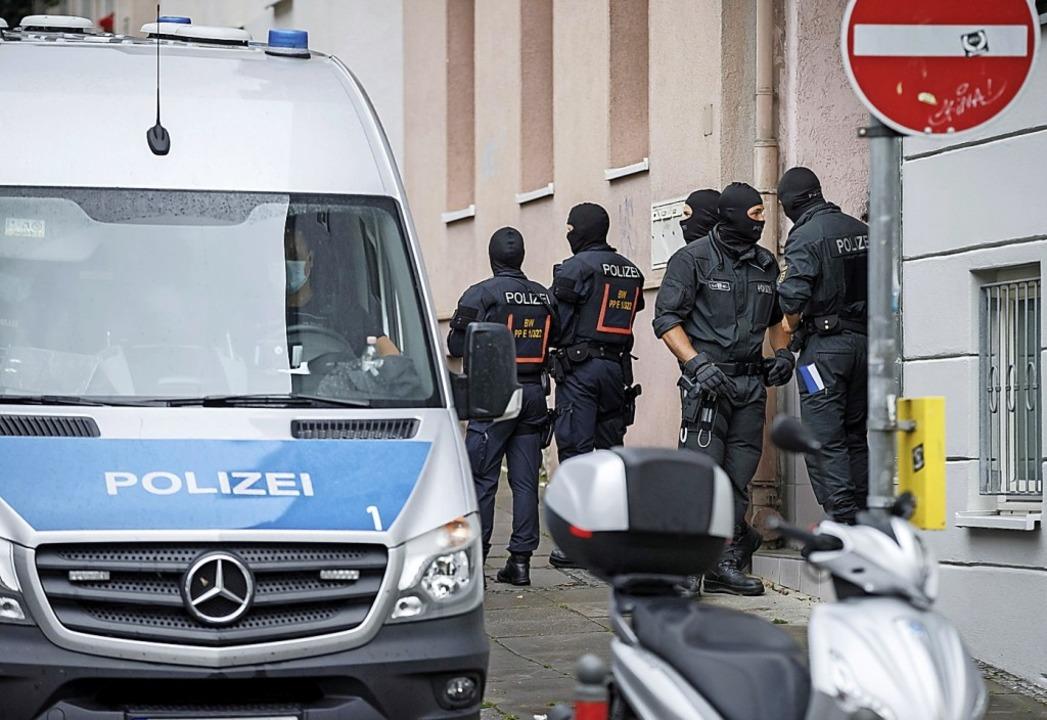 Polizisten am Donnerstag bei einer Hausdurchsuchung in Stuttgart  | Foto: Julian Rettig (dpa)