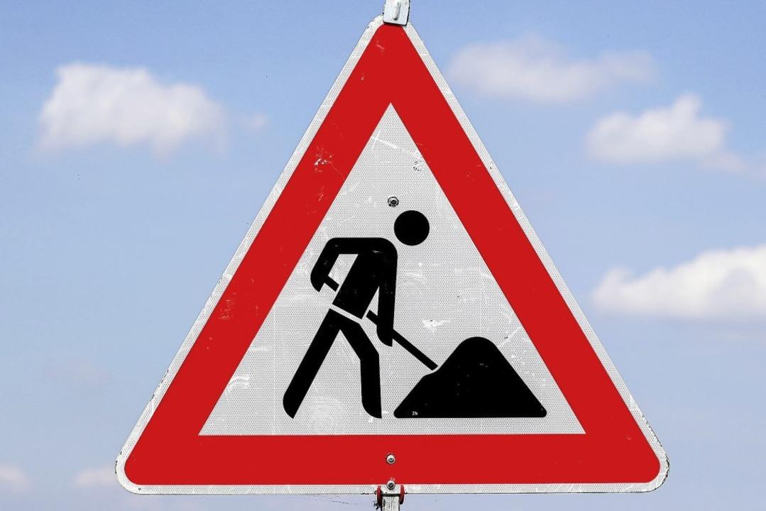 Dieses Zeichen gehört in Neuenweg mitt... Wasserrohre und Elektrokabel verlegt.  | Foto: Jan Woitas (dpa)
