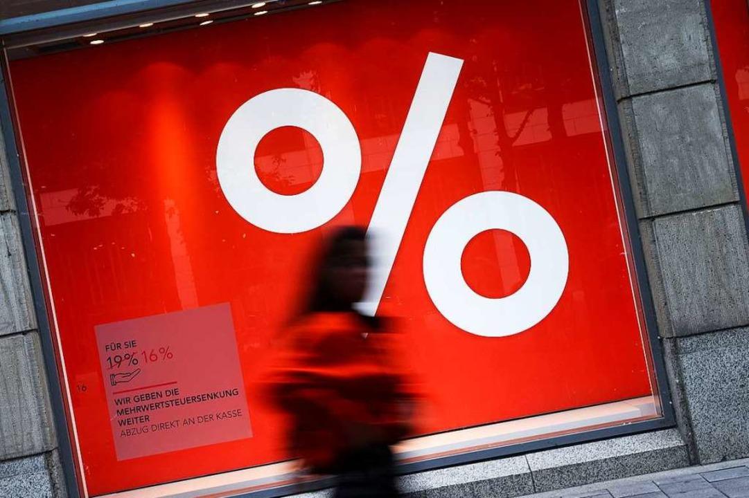 Viele Händler nutzen die Steuersenkung für Werbeaktionen.  | Foto: Christian Charisius (dpa)