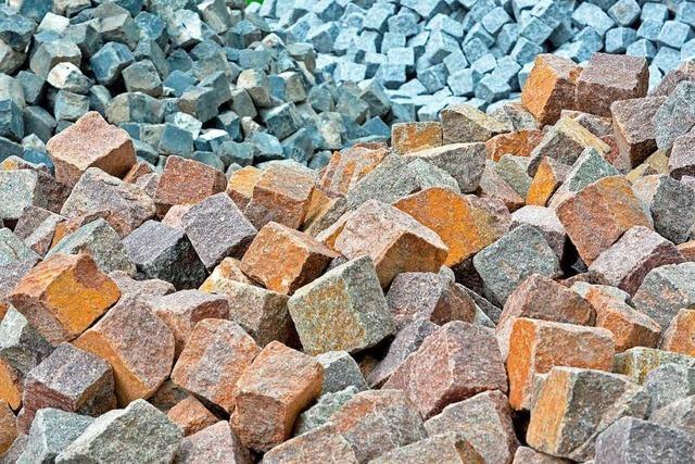 Kleinlaster verliert Steine auf der A98 bei Lörrach
