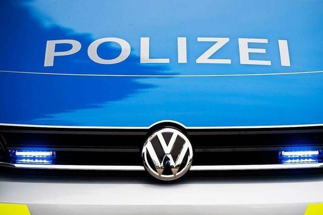 Auto streift in Müllheim Frau mit Kinderwagen und flüchtet